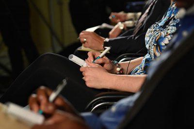 Die Zuhörer der Infoveranstaltung der WiGe eG machen sich Notizen