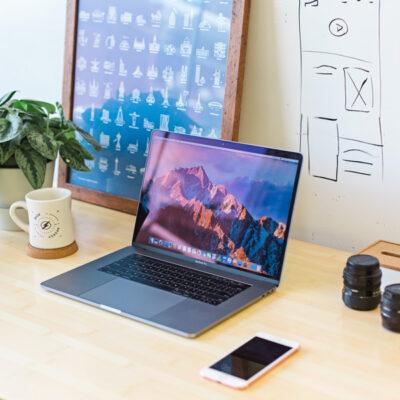 Ein Arbeitsplatz mit Laptop